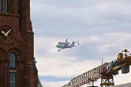 Space Shuttle Discovery rounds the Smithsonian castle